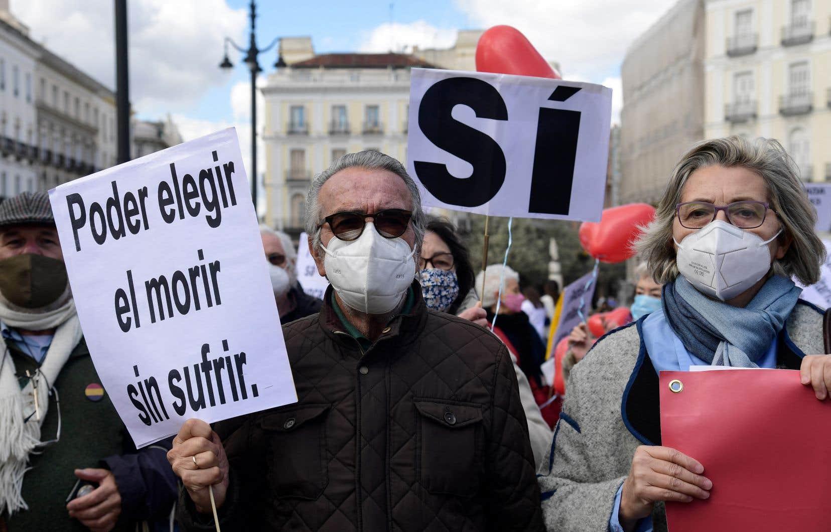 Militants et opposants à la mesure ont tous deux manifestés devant les portes de la Chambre des députés à Madrid.