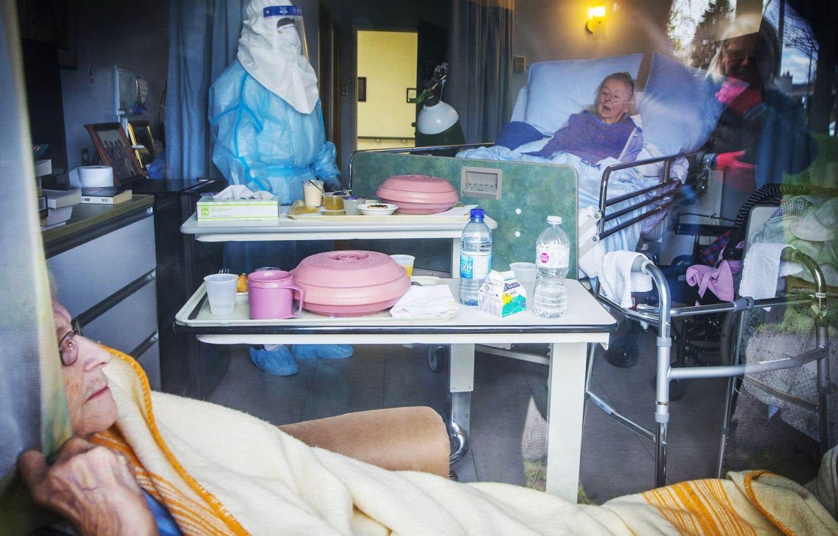 Le vétéran photographe Jacques Nadeau récolte quant à lui une nomination dans la catégorie «Photo d'actualité générale». Son cliché, pris en mai dernier, à travers la vitre d'un centre pour personnes âgées, met en image les terribles conditions de vie qu'entraîne la pandémie.