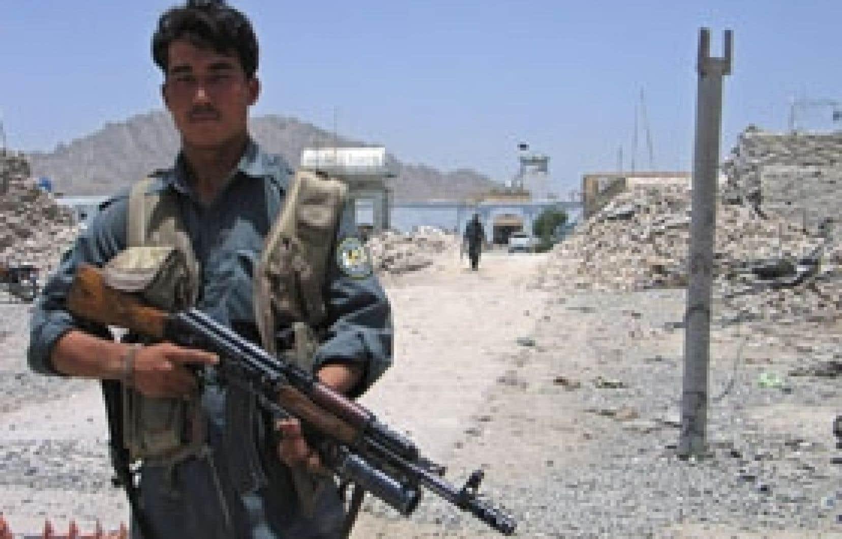 Un policier afghan montait la garde hier devant la prison de Sarpoza, à Kandahar, d'où plus de 900détenus, dont 400 talibans, se sont évadés vendredi à la suite d'une attaque. Le Service correctionnel du Canada avait prévenu le gouvernement