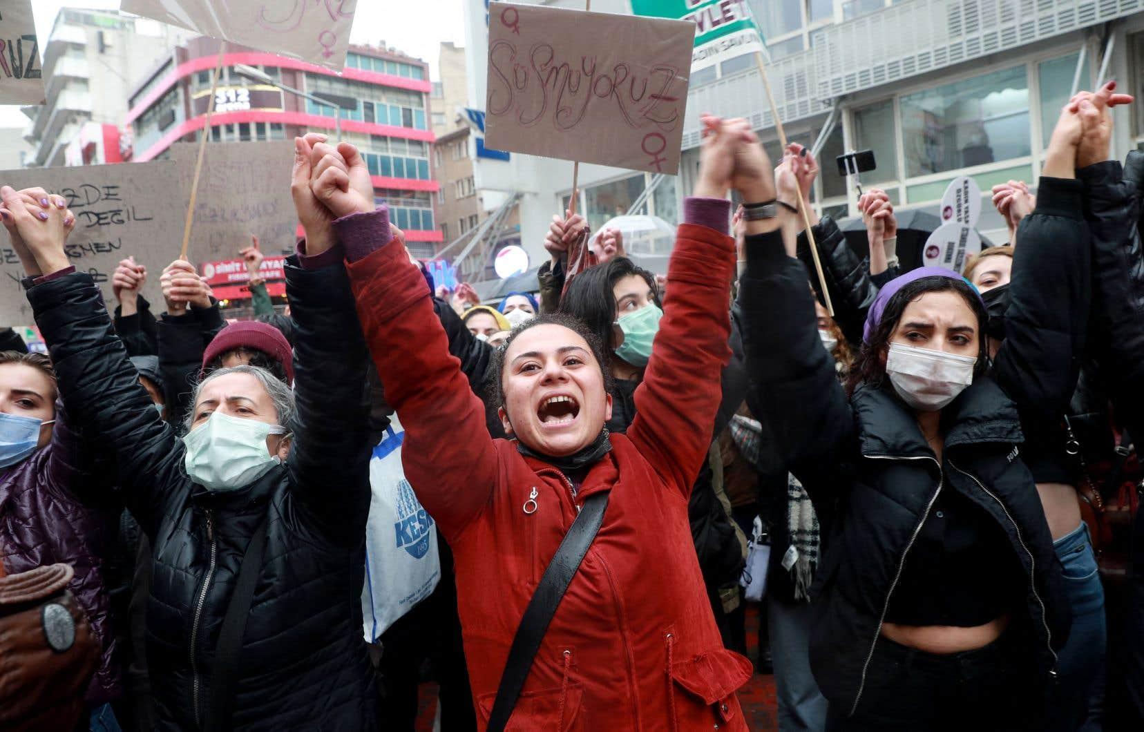 Cette décision, prise alors que les féminicides n'ont cessé d'augmenter depuis une décennie en Turquie, a suscité la colère des organisations de défense des droits des femmes et des critiques de l'Union européenne.