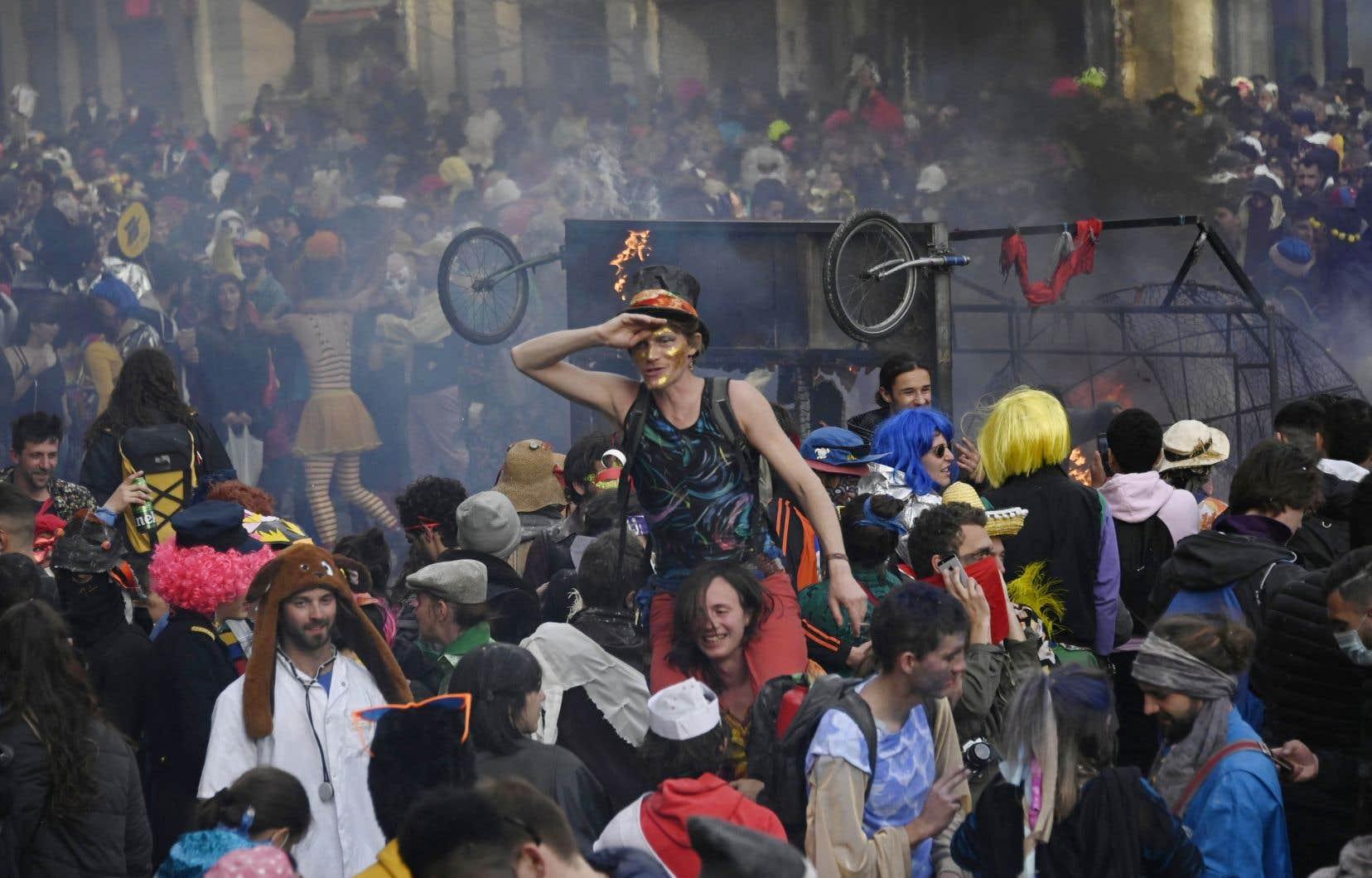 Partant du quartier de La Plaine, le défilé a glissé dans l'après-midi dans la rue d'Aubagne, où des habitants n'ont pas hésité à mettre des enceintes sur les rebords des fenêtres transformant la chaussée en dance-floor géant.
