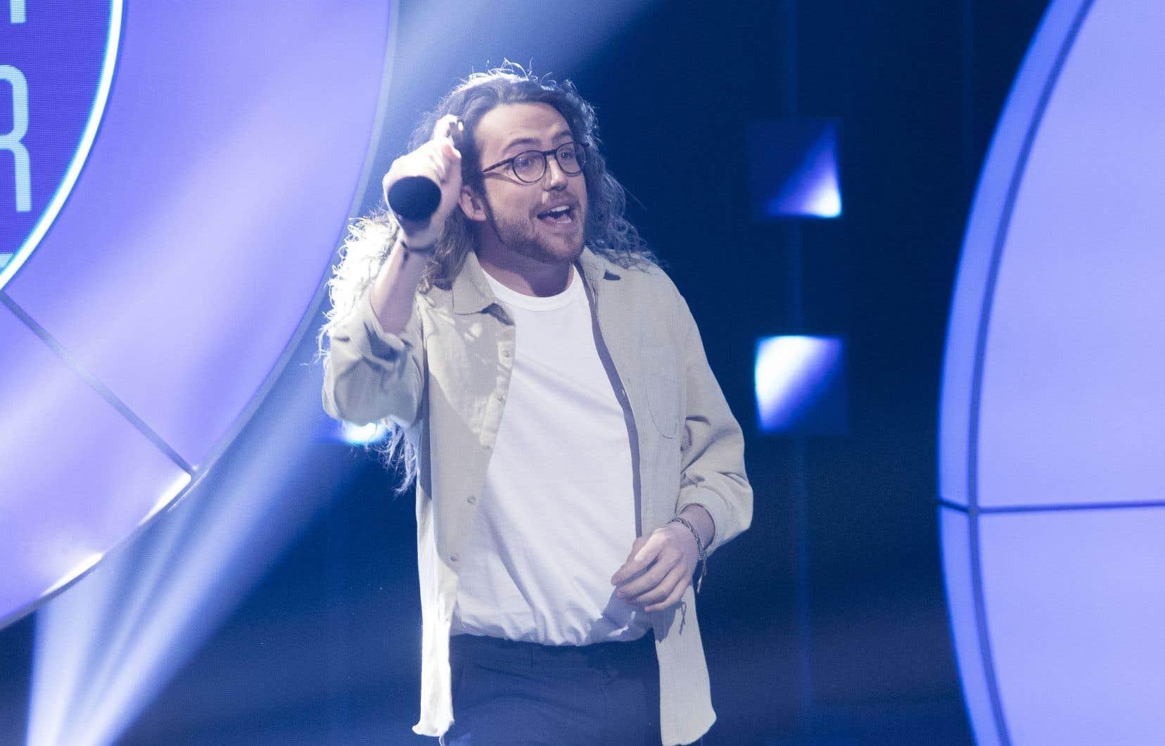 L'humoriste Mathieu Dufour a remporté, dimanche, aux gala Les Oliviers, le prix de l'Artiste COVID de l'année, remis à la suite d'un vote populaire. Présenté une cinquantaine de fois de mars à mai 2020, son <i>Show-rona Virus</i>est devenu, lors du premier confinement, un authentique phénomène culturel.