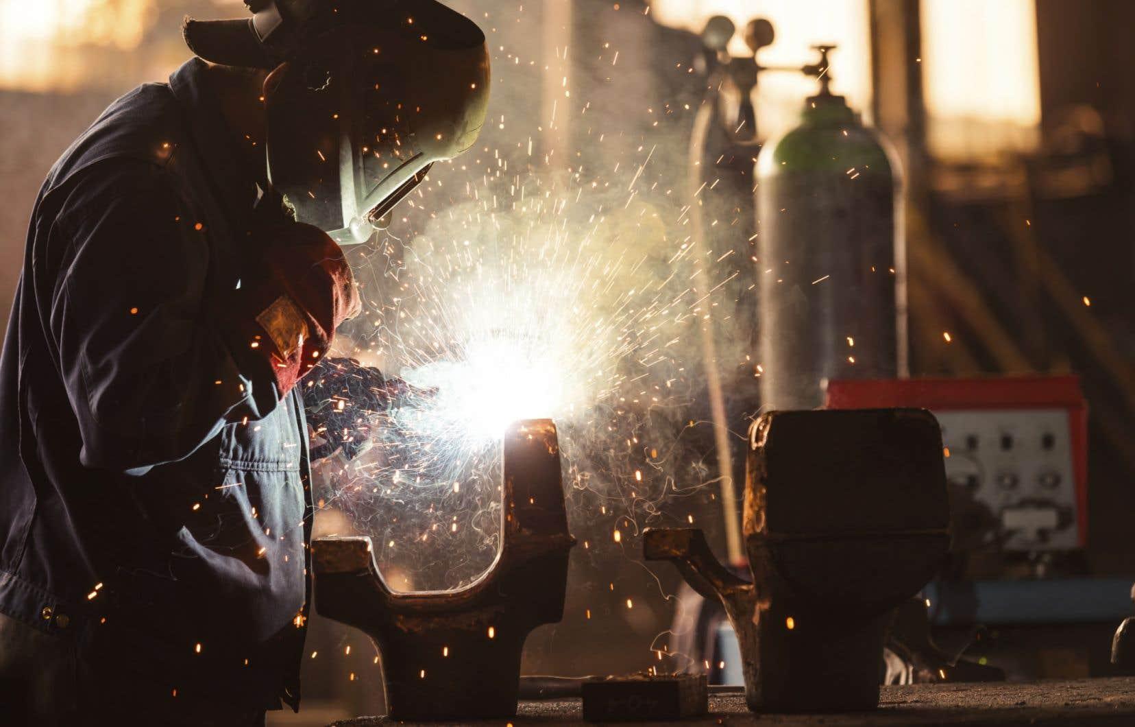 Parmi les travailleurs les plus exposés au plomb, on compte les policiers (en salle de tir), les soudeurs, les mécaniciens et les travailleurs de fonderie.