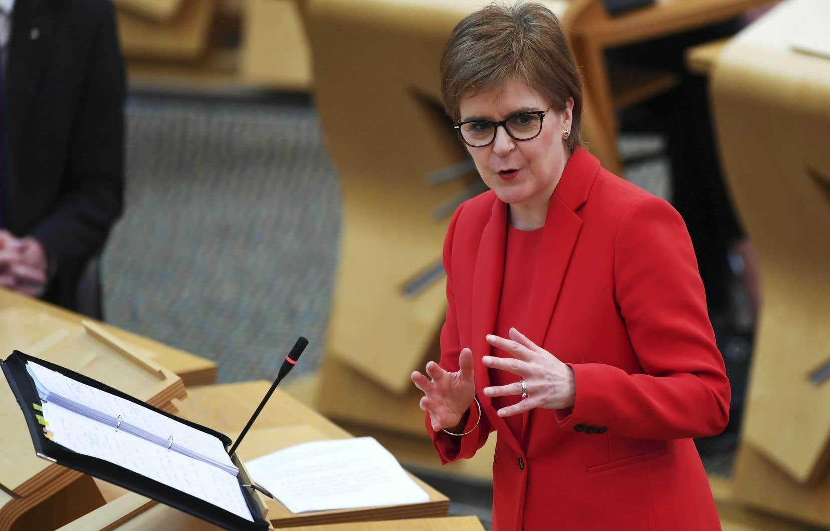 Le soutien à l'indépendance et au parti de la première ministre, Nicola Sturgeon, le SNP, s'est toutefois affaissé ces dernières semaines, sur fond de déchirement chez les indépendantistes.