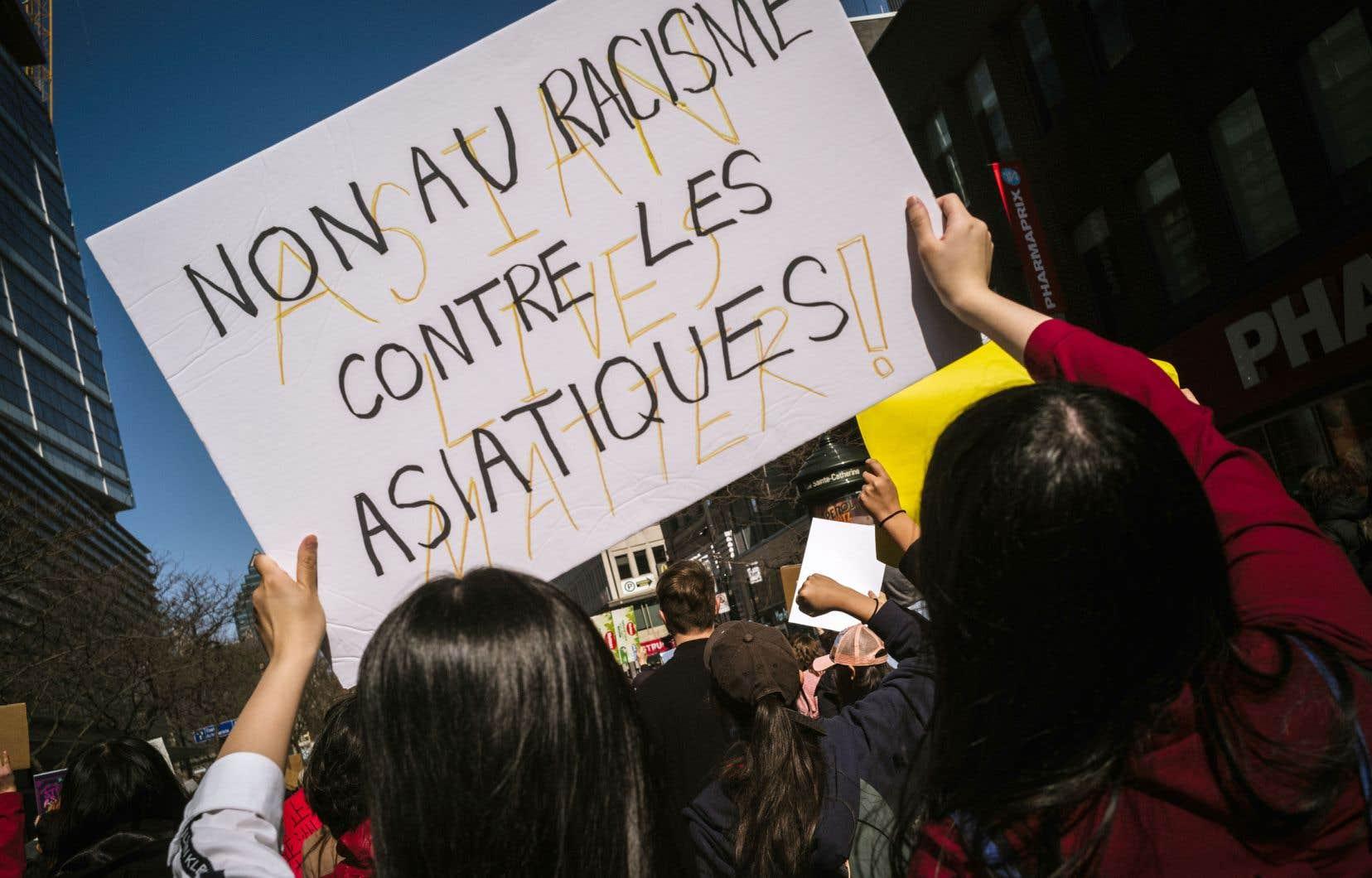 Marche à Montréal en l'honneur des femmes asiatiques tuées dans des salons de massage d'Atlanta.