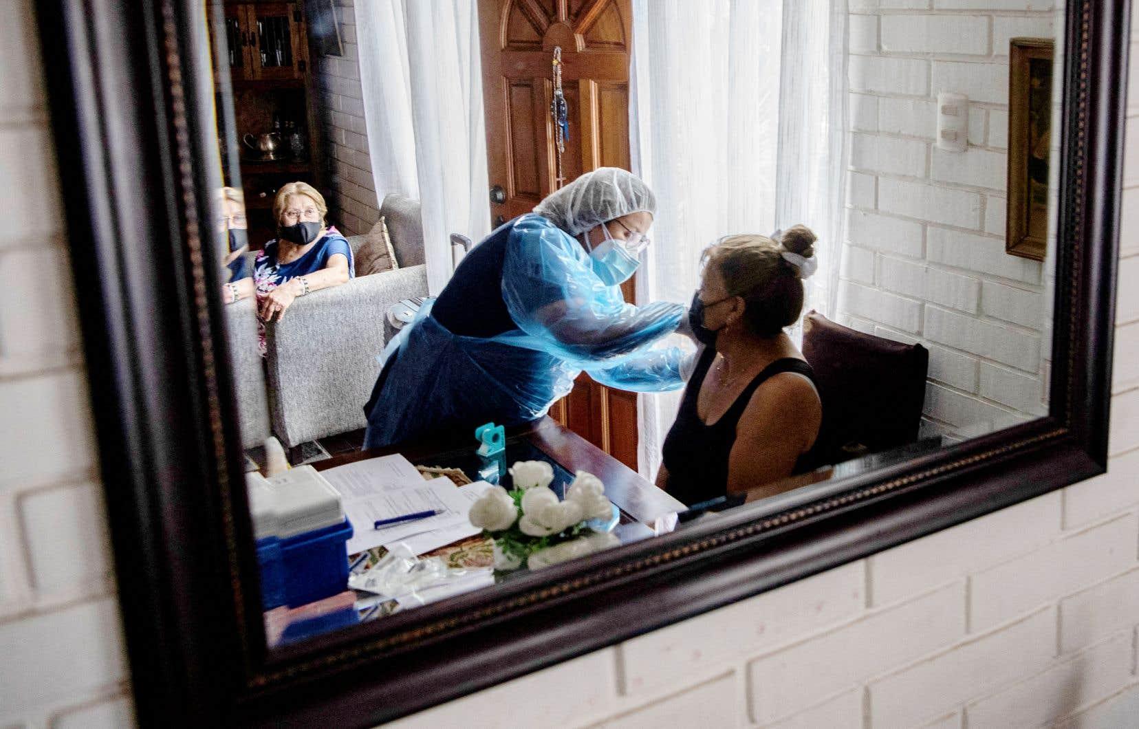 Ayant la campagne la plus avancée d'Amérique du Sud, le Chili a administré 5 millions de doses dans son bassin de 18,5 millions d'habitants. Sur notre photo, une infirmière donnait le vaccin à des femmes depuis son propre domicile de La Florida.