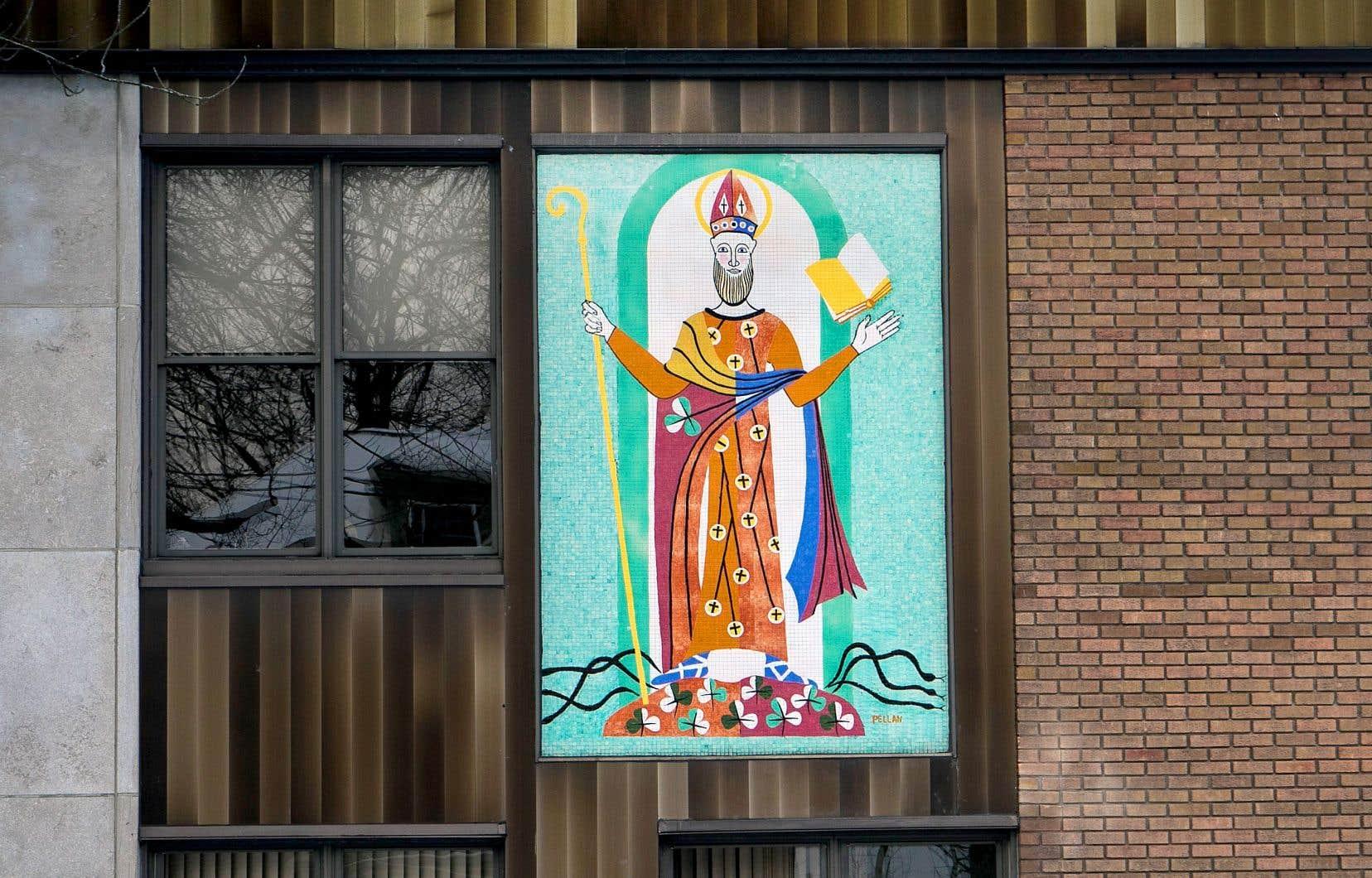 La murale conçue par Alfred Pellan en 1958 et installée sur la façade du 142, rue Dufferin, à Granby, représente un saint Patrick stylisé, réalisé sous forme de mosaïque.