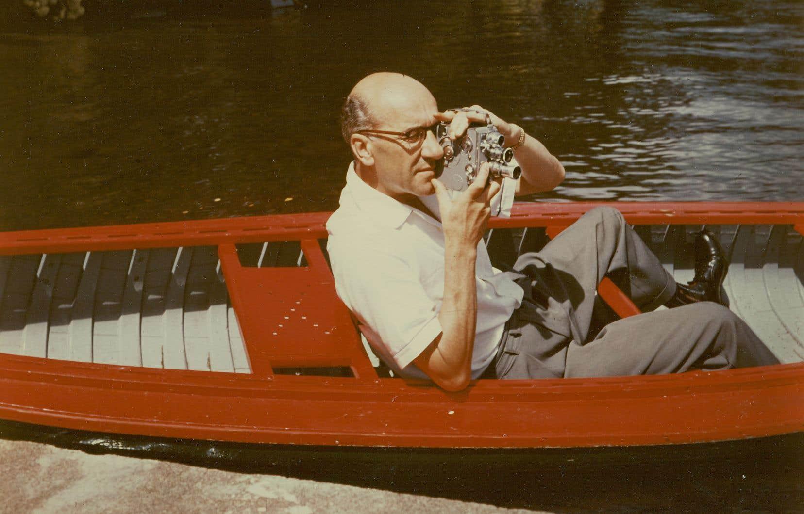 Georges-Émile Lapalme filmant dans une chaloupe, vers 1956