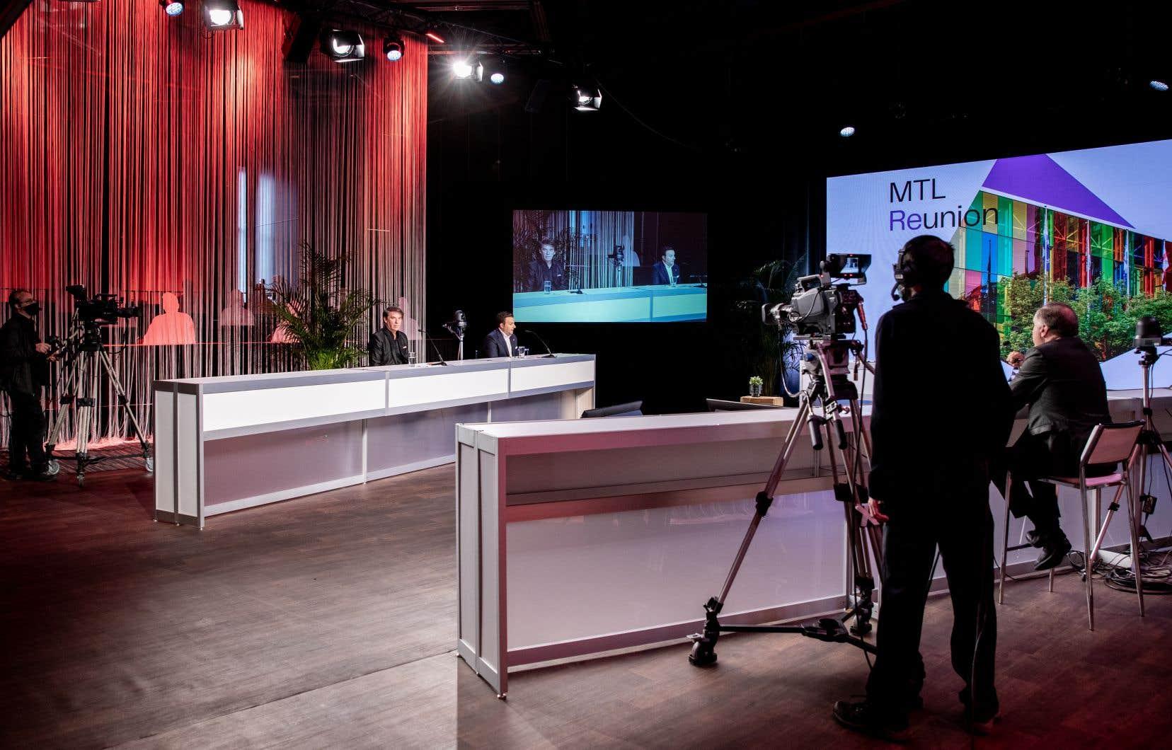 Pour ramener un contact humain, l'une des solutions trouvées par l'industrie a été d'aménager des studios de tournage où les animateurs et intervenants peuvent se réunir et interagir entre eux ainsi qu'avec les participants au congrès, comme ici lors de l'événement MTL Reunion, organisé par le Palais des congès de Montréal en octobre dernier.
