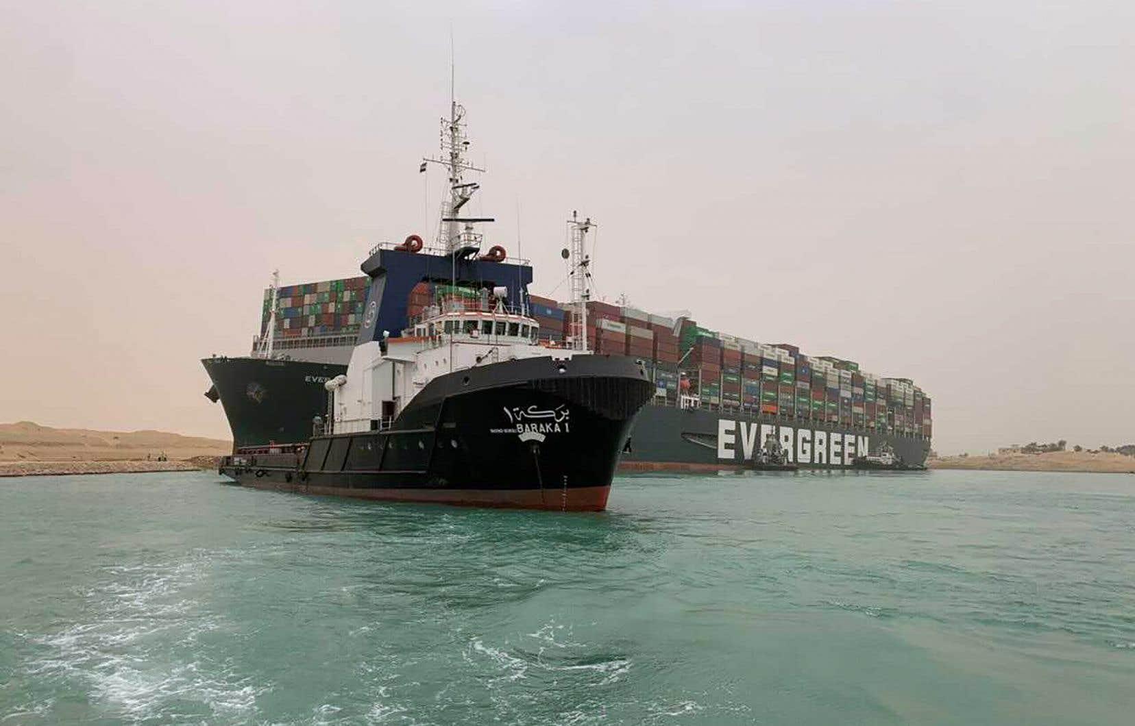 L'Ever Given, qui fait plus de 220 000 tonnes, naviguait vers Rotterdam depuis l'Asie lorsqu'il s'est immobilisé dans le canal dans la nuit de mardi à mercredi.