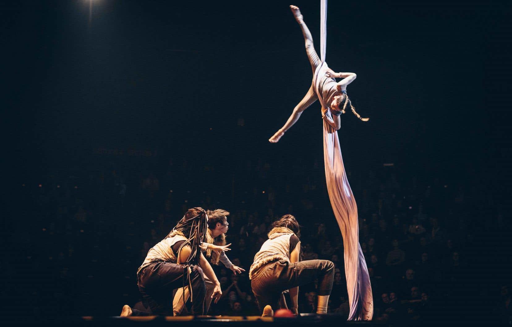Tous les jours jusqu'à la fin  du week-end, 100 jeunes  à risque  d'itinérance  de 15 communautés  du Canada  participeront  à une activité  de création  collective  organisée  par le cirque Hors Piste.