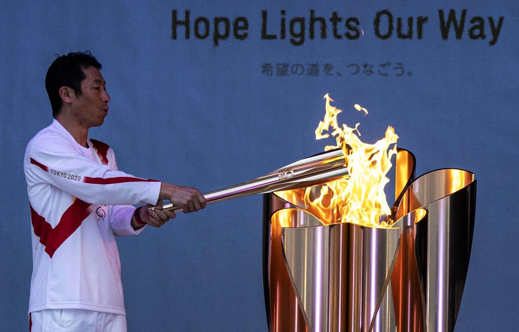 Le public pourra suivre le reste du parcours de la flamme qui passera par les 47 départements du Japon avant d'arriver au Stade national de Tokyo pour la cérémonie d'ouverture des Jeux le 23juillet.