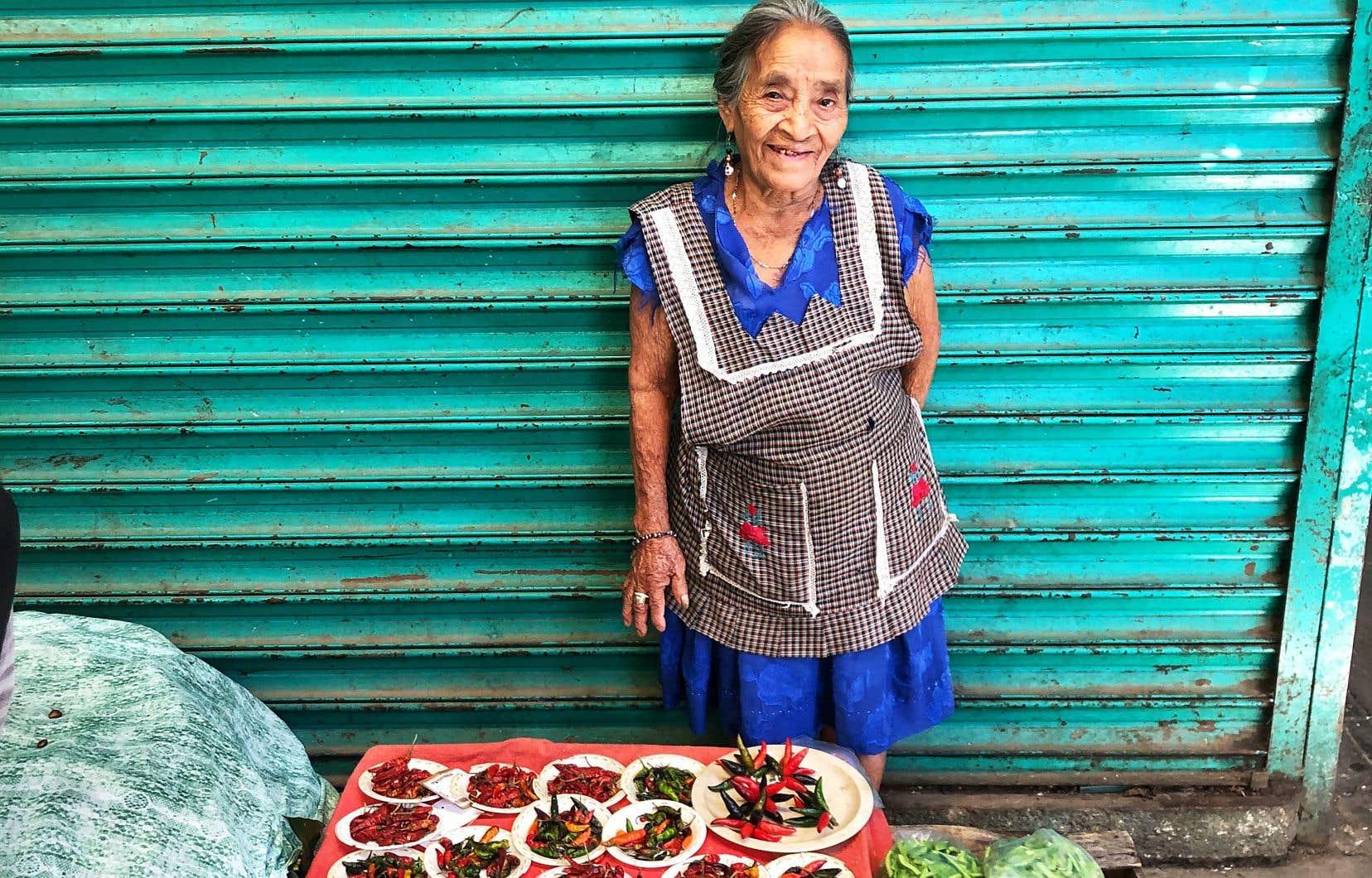 Une dame vend des piments au marché d'Oaxaca.