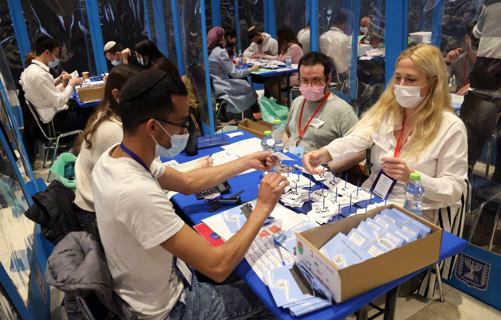 Avec 99,5% des bulletins de vote dépouillés, le Likoud obtient 24% des suffrages, suivi par la formation Yesh Atid avec près de 14% des voix, selon les données officielles de la commission électorale.
