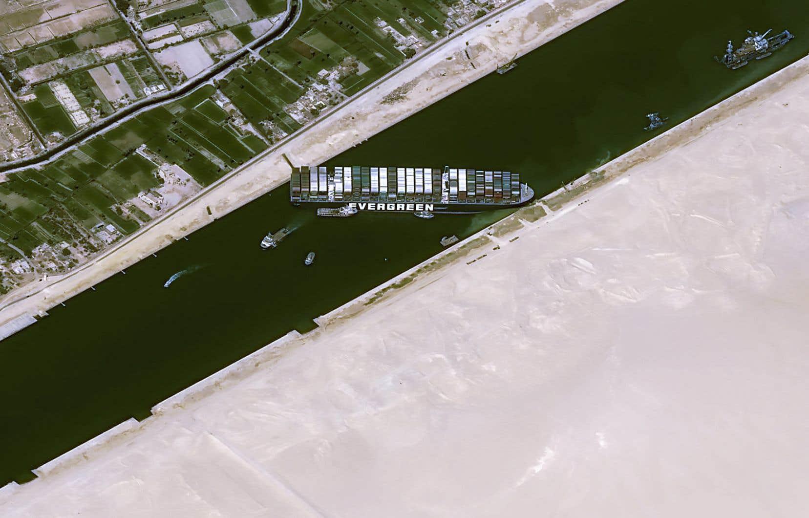 Cette image satellite montre le porte-conteneurs de 400 mètres de long Ever Given, coincé sur la voie navigable du canal de Suez en Égypte et bloquant tout le trafic maritime à cet endroit.