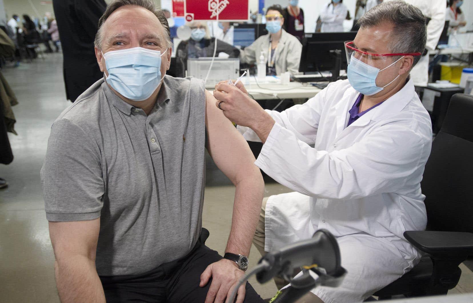 Lors d'une mêlée de presse après sa vaccination à Montréal vendredi, le premier ministre, François Legault, a reconnu que le Québec fait maintenant face à une troisième vague de COVID-19.