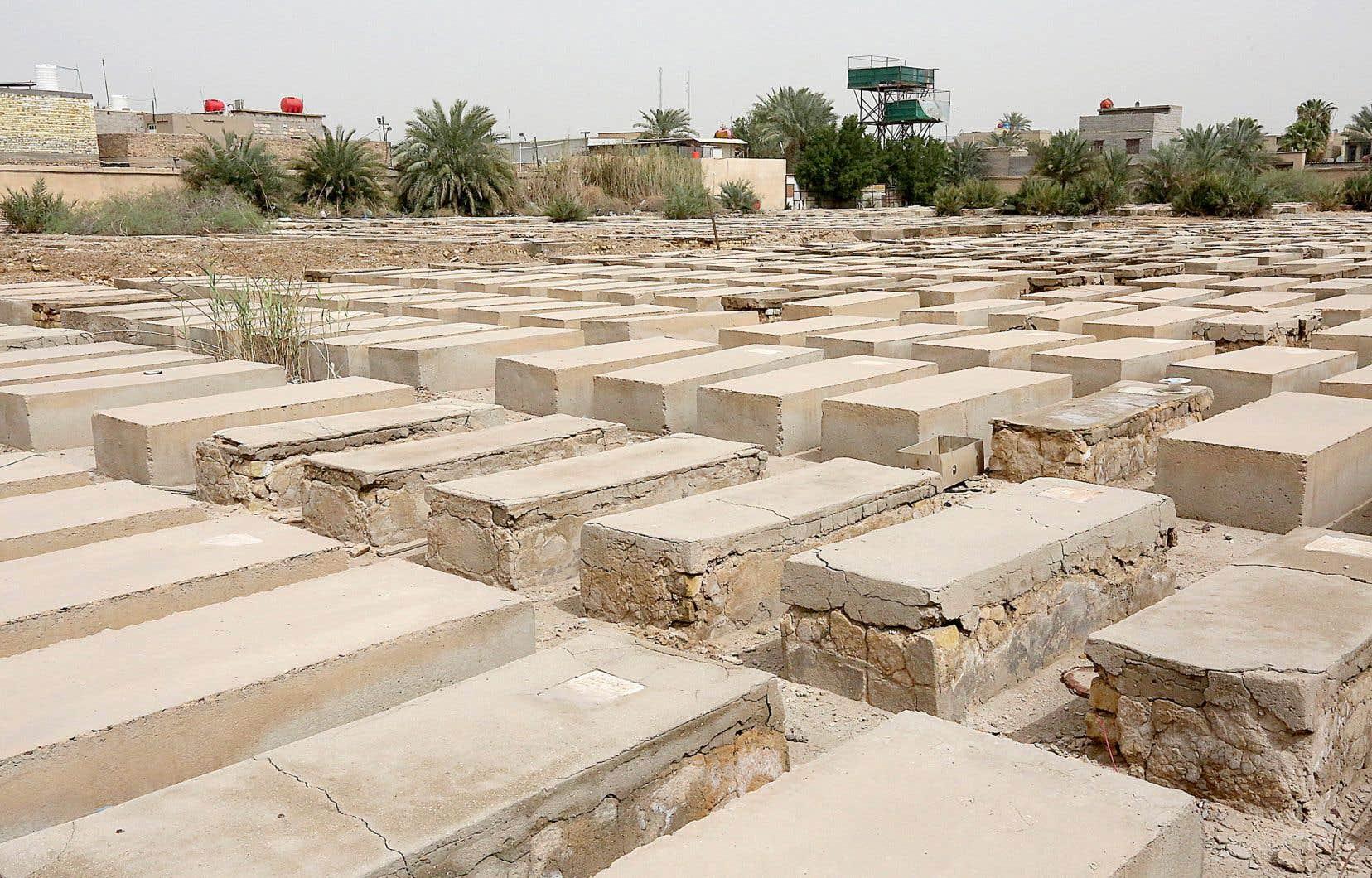 Les visiteurs se font rares au cimetière juif de Habibiya, à Bagdad, la capitale irakienne. Mais ce dernier reste entretenu par un homme musulman âgé.
