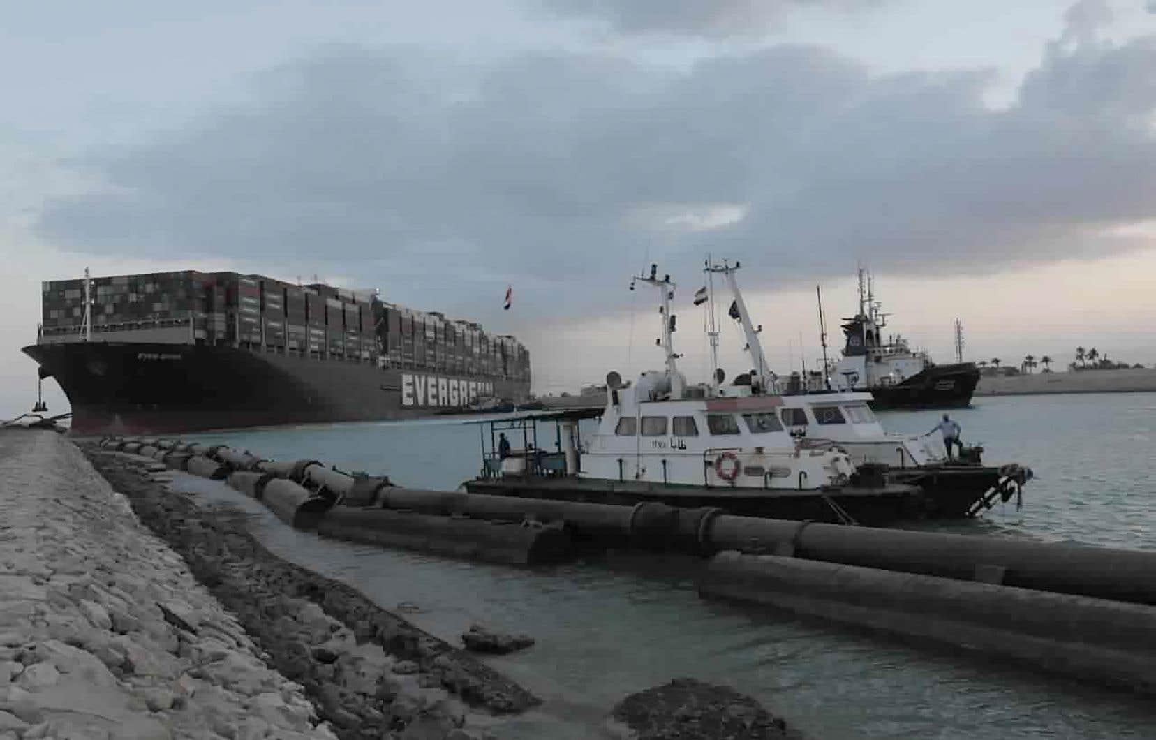 Selon la presse d'État égyptienne, le président Abdel Fattah al-Sissi a ordonné des «préparations» pour alléger le navire de ses conteneurs. Cette dernière solution, qui pourrait prendre des semaines, sera retenue si le dragage devient inefficace.