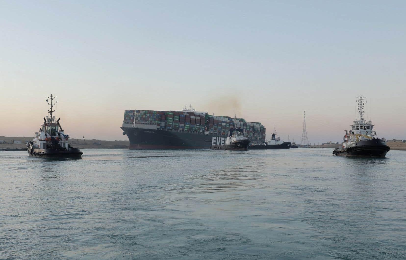 Lundi matin à l'aube, le navire de 400 mètres de long et de plus de 220000 tonnes, battant pavillon panaméen, avait commencé à bouger.