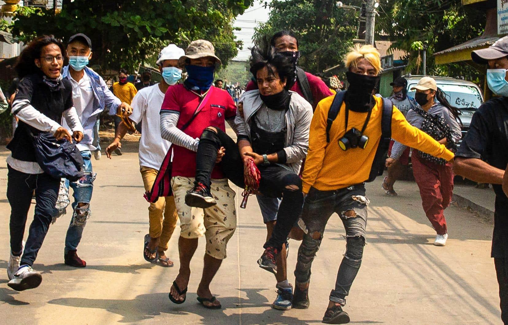 L'armée myanmaraise réprime dans le sang les manifestations quotidiennes réclamant le retour de la démocratie.