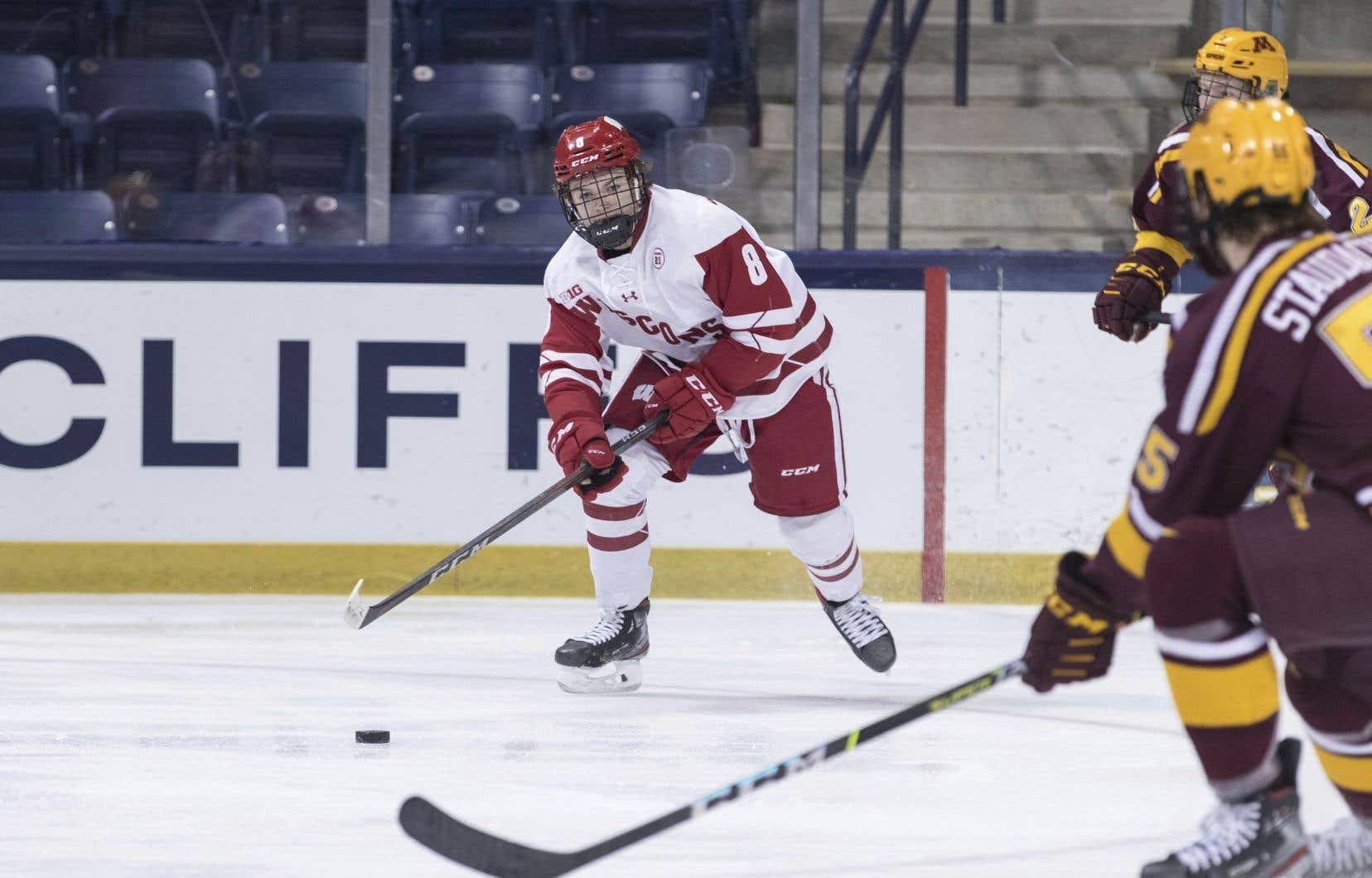 Cole Caufield a signé son premier contrat professionnel d'une durée de trois ans avec le Canadien de Montréal, samedi, au lendemain de l'élimination hâtive de son équipe universitaire du Championnat national de la NCAA.