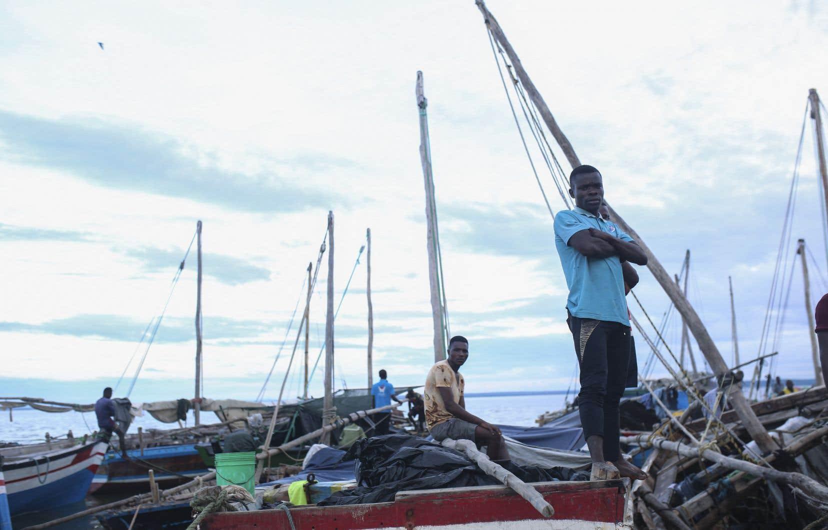 Après le transfert de 1400 travailleurs et civils à Pemba, port situé à quelque 200km au sud, pirogues et bateaux à voile traditionnels, chargés de réfugiés, continuent à affluer, selon des témoins et ONG.