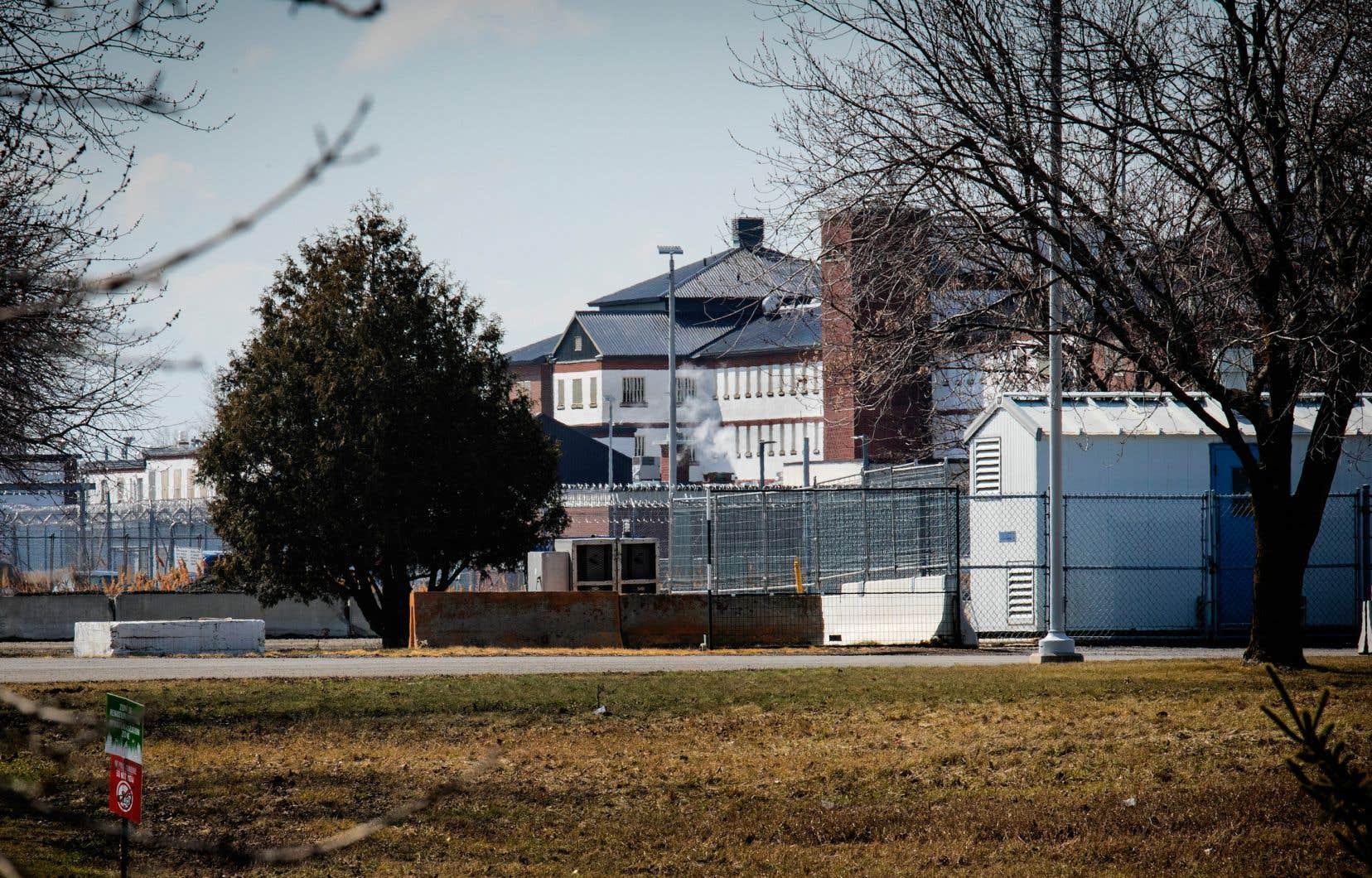 Le dernier rapport du Protecteur du citoyen faisait état de pratiques de fouilles à nu abusives en prison, en évoquant le cas d'une personne fouillée à nu 24 fois en quatre jours, même la nuit.