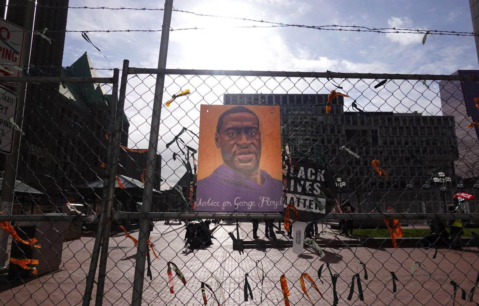Une photo de George Floyd est accrochée à une barrière qui entoure le centre gouvernemental du comté de Hennepin lors du procès de l'ancien policier de Minneapolis Derek Chauvin.