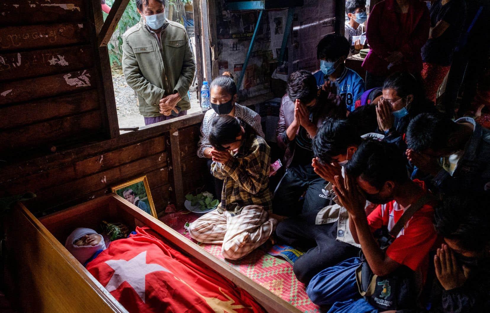 Des personnes prient lors des funérailles d'un manifestant, décédé durant la répression des forces de sécurité à Taunggyi, dans l'État de Shan au Myanmar, le 29 mars dernier.