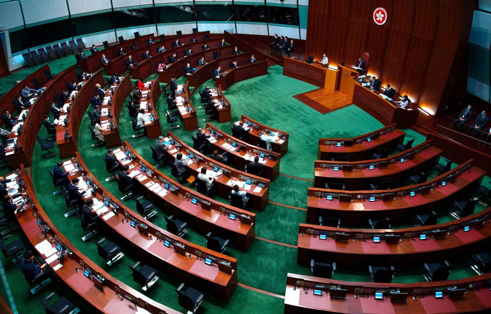 La nouvelle loi prévoit de porter le nombre des membres du Parlement hongkongais de 70 à 90, mais seuls 20 seront désormais élus au suffrage universel direct.