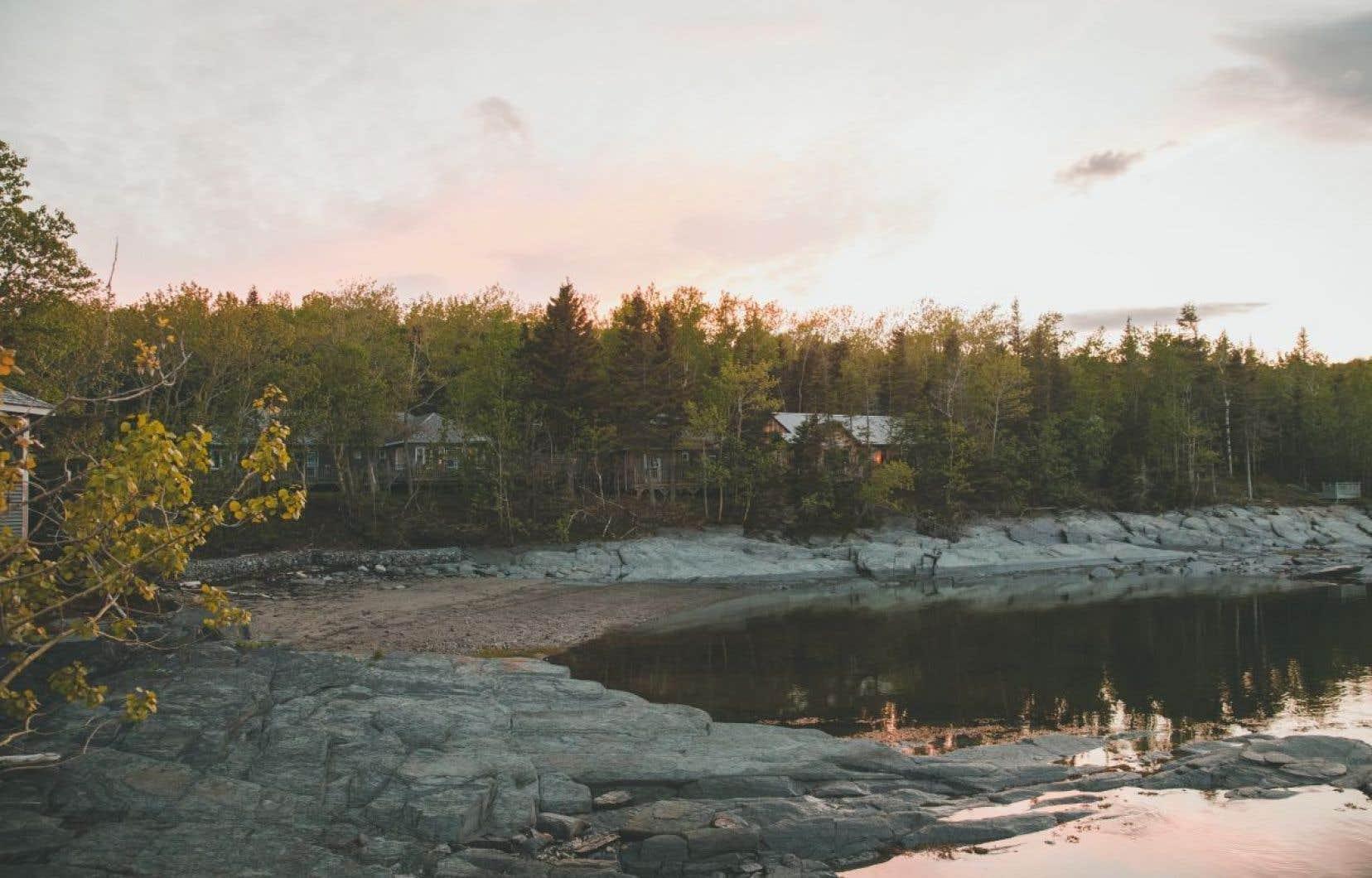 Duvetnor propose d'explorer les îles du Pot à l'Eau-de-Vie, mais aussi de faire de la randonnée et de passer la nuit sur l'île aux Lièvres, où se trouvent notamment sept chalets.