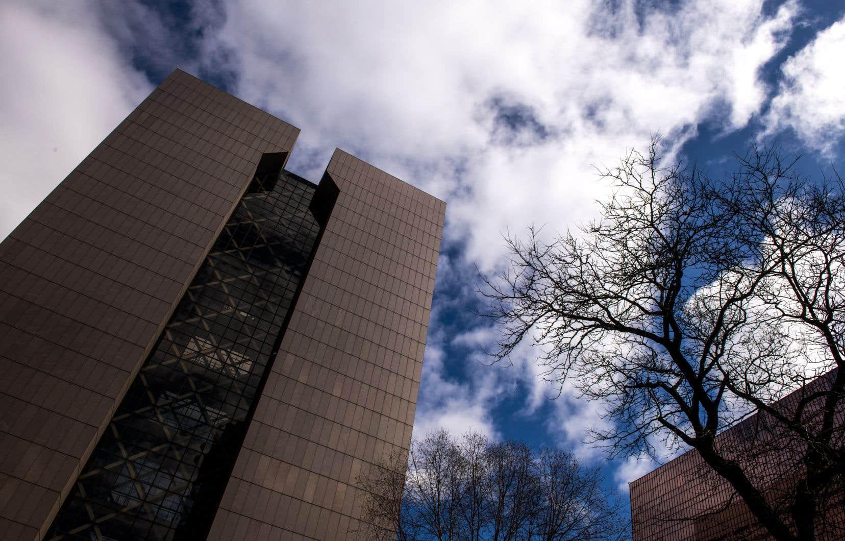 Une vue générale de l'extérieur du centre gouvernemental du comté de Hennepin le 31 mars 2021 à Minneapolis, Minnesota.