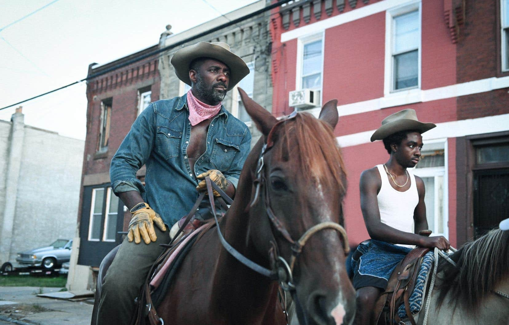 Idris Elba (Harp), à gauche, et Caleb McLaughlin (Cole), dans le film «Concrete Cowboy», qui propose une incursion privilégiée au sein d'une communauté aussi passionnée que méconnue.