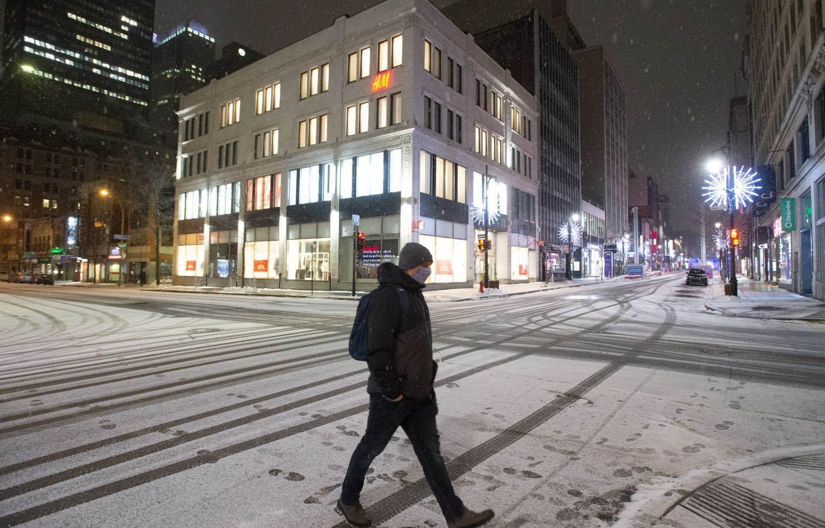 «Les cas ont commencé à chuter au Québec dès le 10janvier, soit bien avant que les effets du couvre-feu puissent être ressentis, la Santé publique nous rappelant régulièrement qu'il faut compter de 10 à 14 jours avant de constater l'effet d'une mesure quelconque», écrit l'auteur.