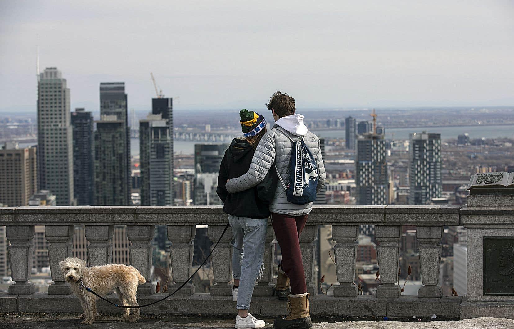 Au sommet du mont Royal, en milieu d'après-midi, de nombreuses personnes ont profité de la vue sur le centre-ville, en famille ou en petits groupes d'amis.