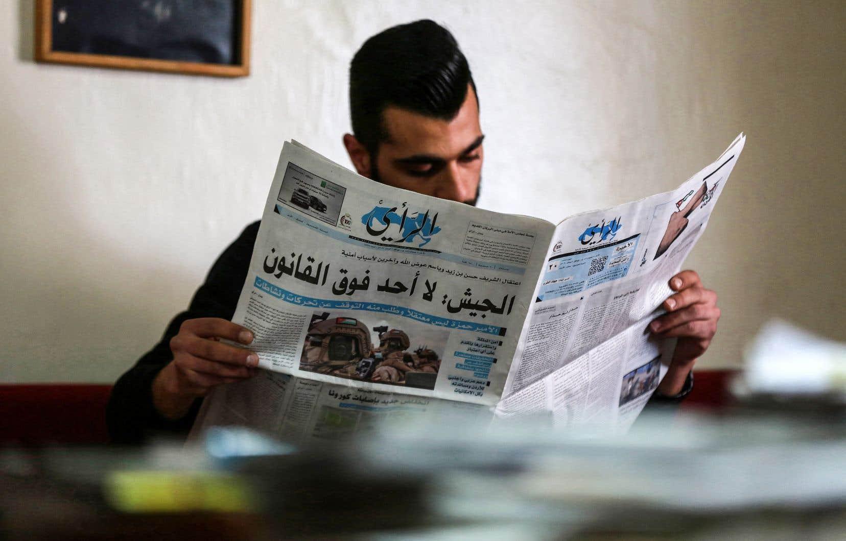 Seul média d'État à commenter cet événement, «Al-Rai» a affirmé dimanche que les intérêts supérieurs, la sécurité et la stabilité du royaume étaient «une ligne rouge» à ne pas franchir. «Nul ne se tient au-dessus de la loi» selon l'armée, peut-on lire en manchette du journal.