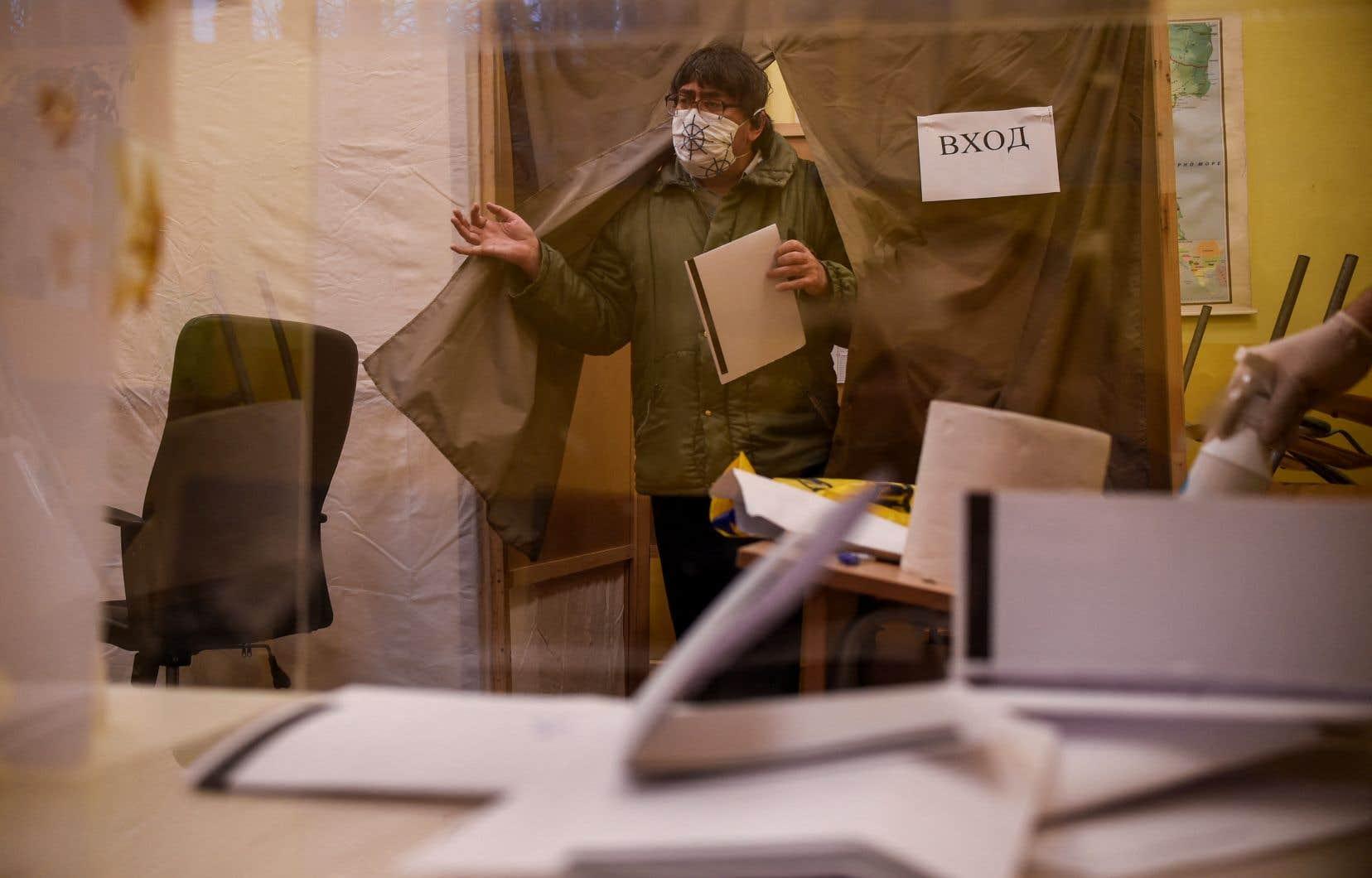 Des bureaux de vote ont été installés dans les hôpitaux et des urnes mobiles étaient apportées à des familles en quarantaine.