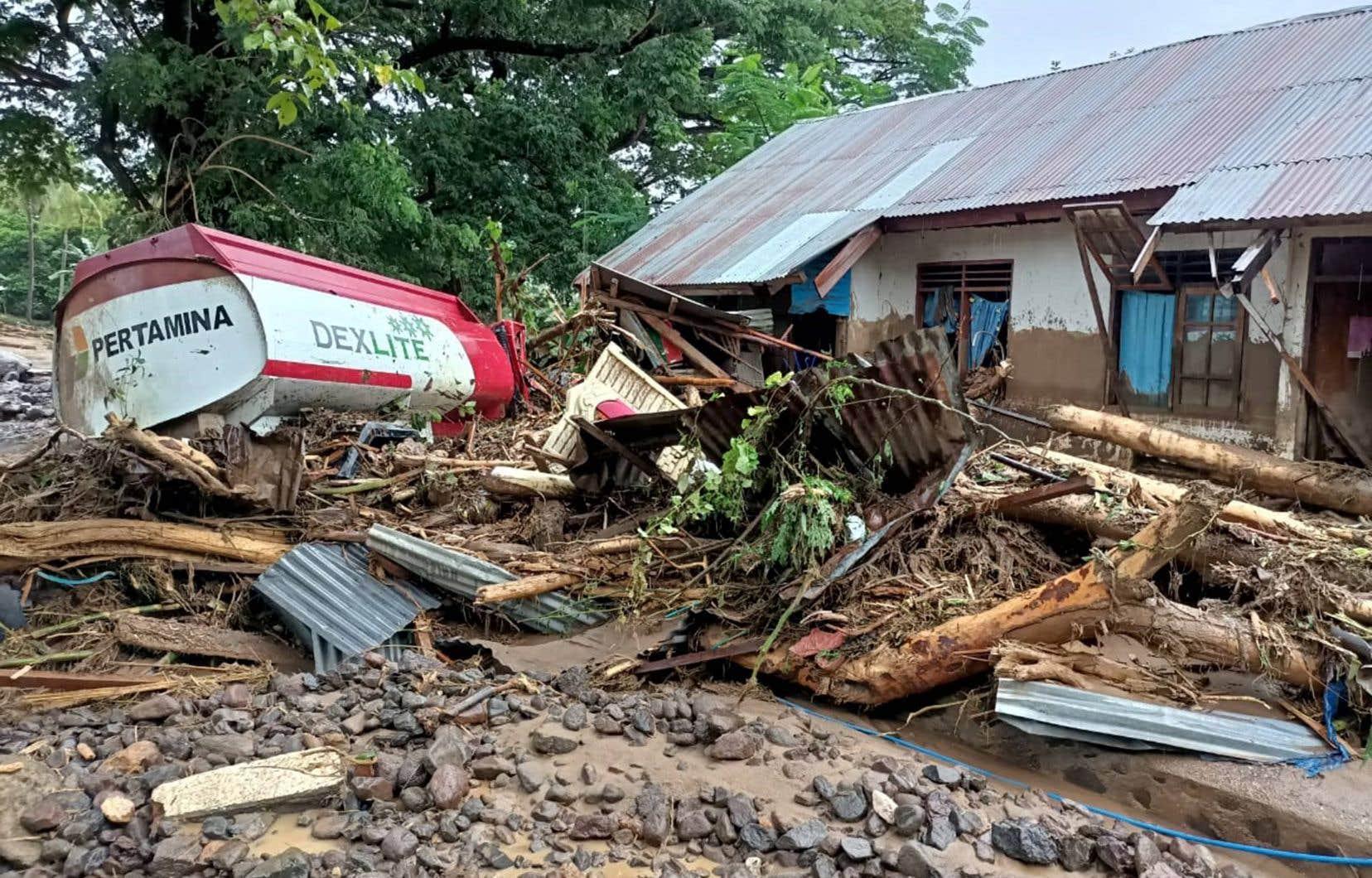 Des dizaines de maisons ont été recouvertes de boue alors que des ponts et des routes ont été détruits dans la partie orientale de l'île.