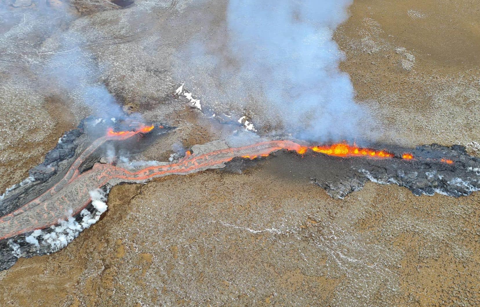 La nouvelle fissure, longue d'environ 150 à 200 mètres, se trouve à environ 700 mètres au nord-est du premier foyer de l'éruption.