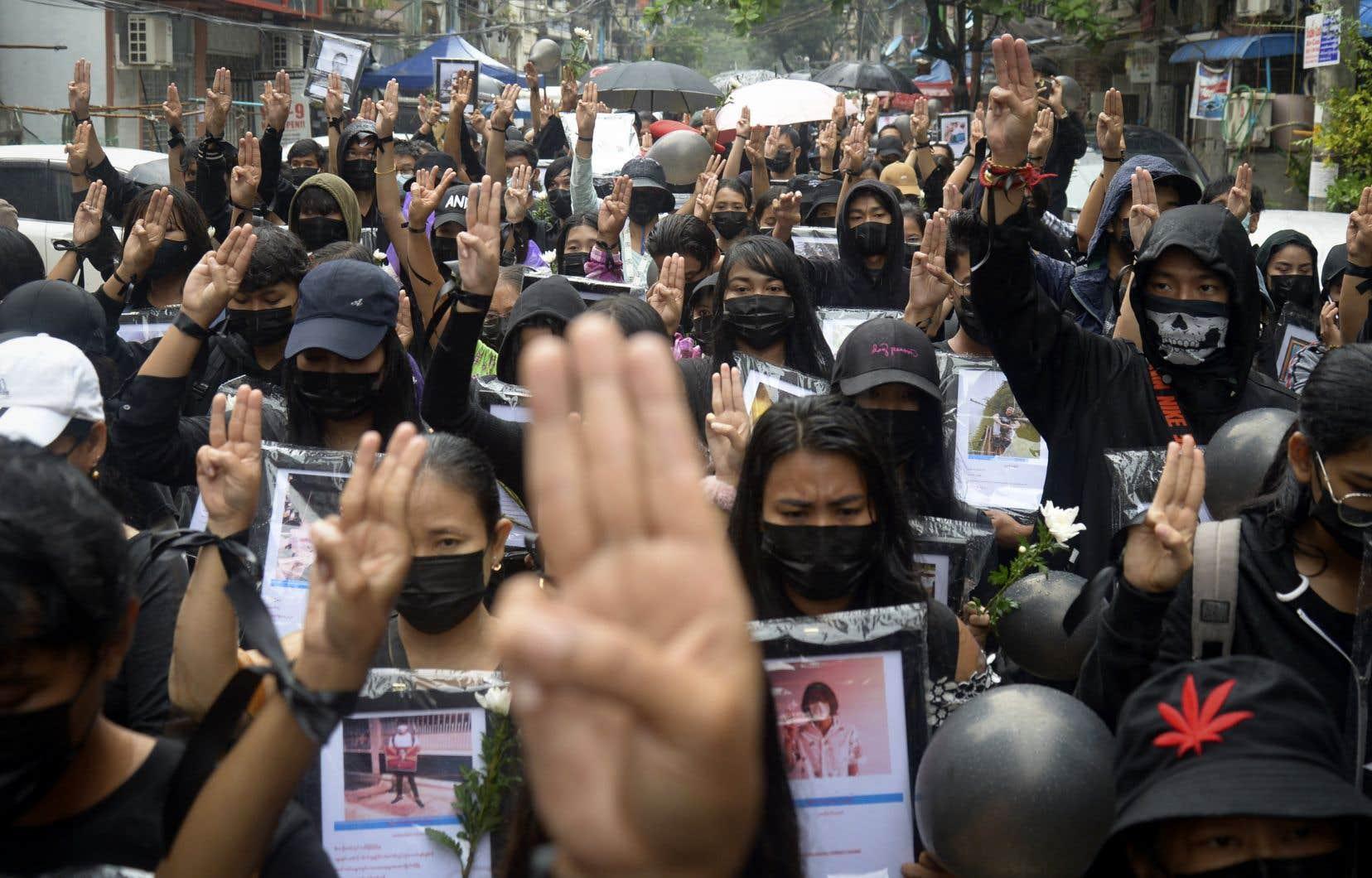Des manifestants sont de nouveau descendus dans les rues lundi, où ils ont exhorté la communauté internationale à leur venir en aide.