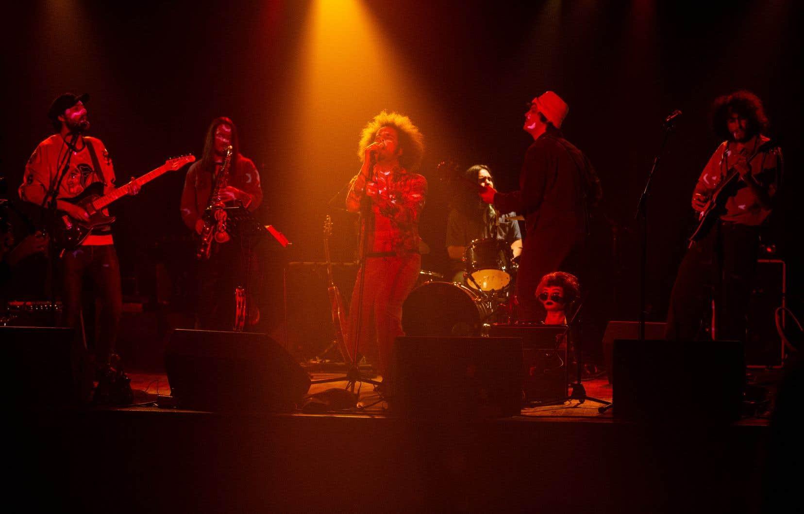 Le groupe Sylvie a servi lundi soir un beau rock psychédélique teinté de blues, assorti de saxophone, mais confondant sur le plan de la structure. La magnétique présence, au micro autant qu'à l'harmonica, de l'incandescent chanteur, guitariste et harmoniciste Anis Azzoug a servi d'ancre à ces chansons risquant de manquer le prochain arrêt de l'autobus magique.