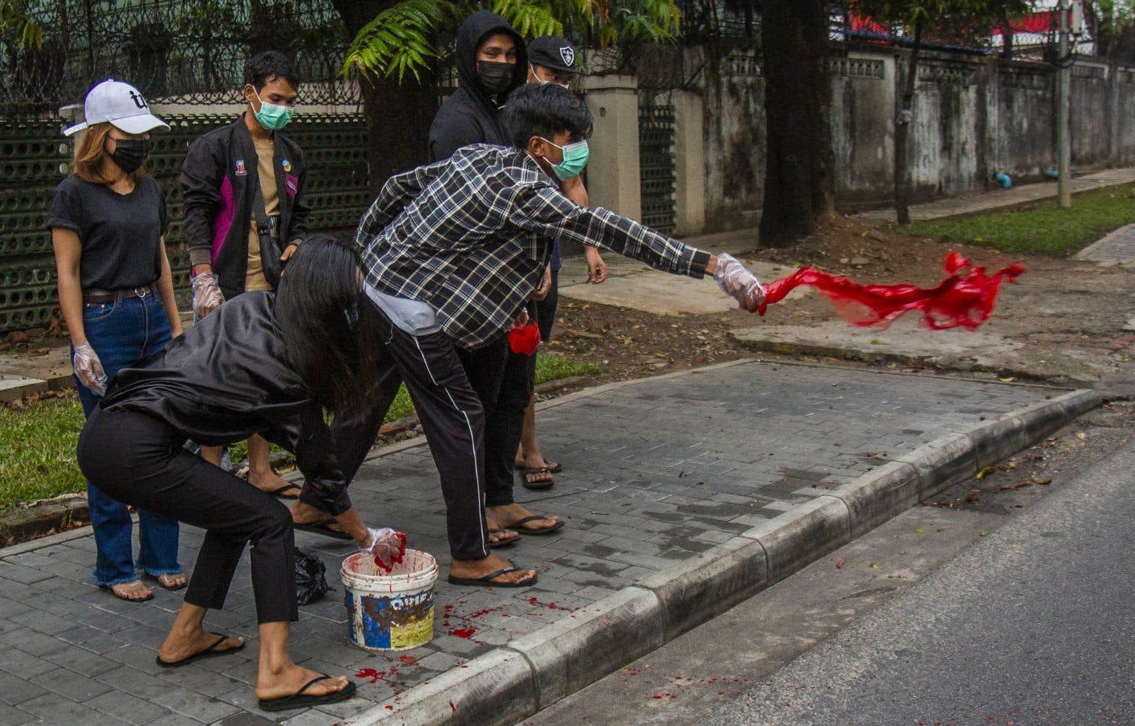 Mardi, les contestataires ont demandé à la population de déverser de la peinture rouge pour évoquer le sang des «martyrs tombés sous les balles» de l'armée et de la police.