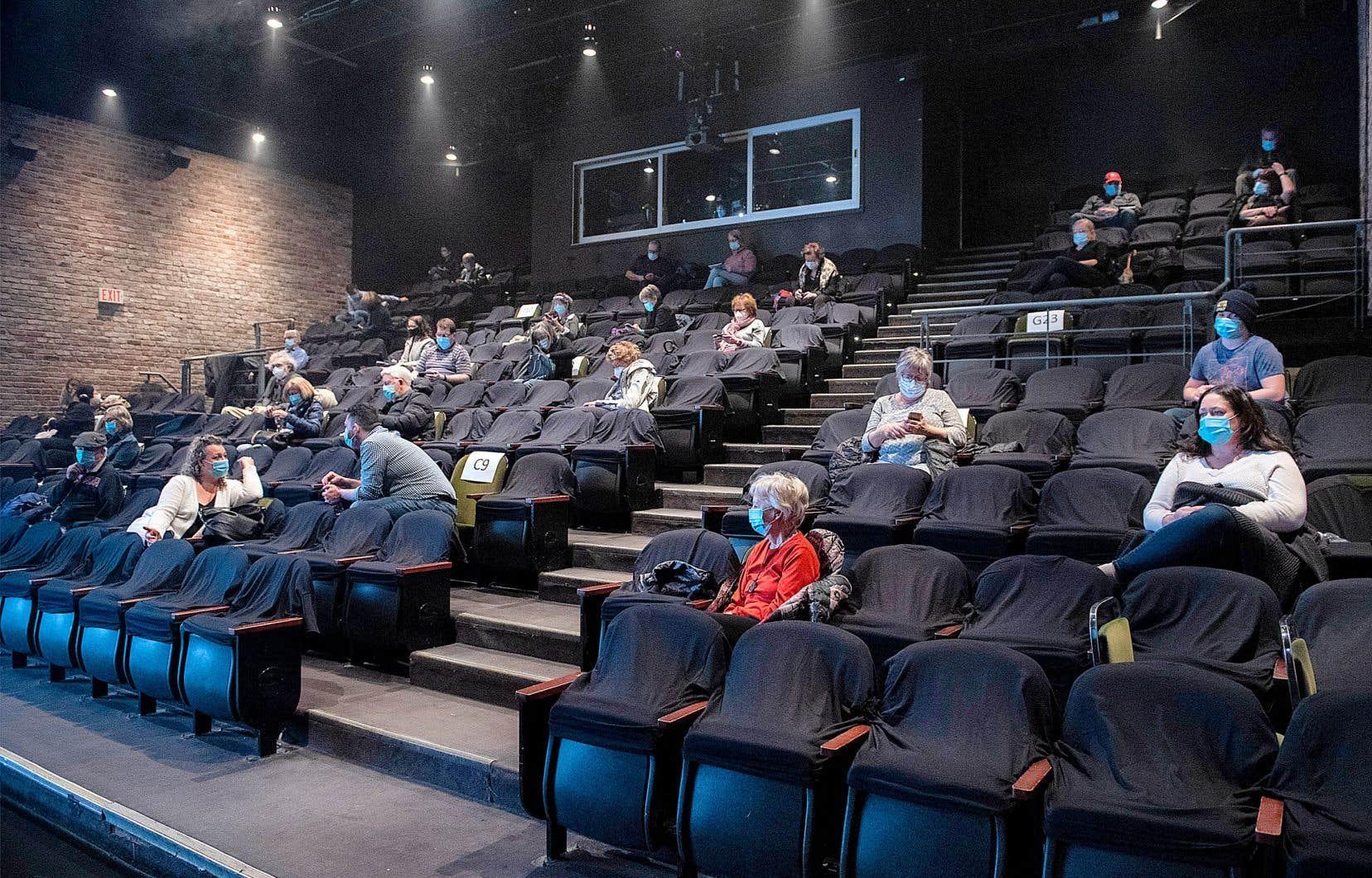 La nouvelle consigne sanitaire impose aux propriétaires de cinémas et de salles de spectacle une distanciation de 2 mètres, au lieu de 1,5 mètre. Ici, le théatre du Centaur, à Montréal.