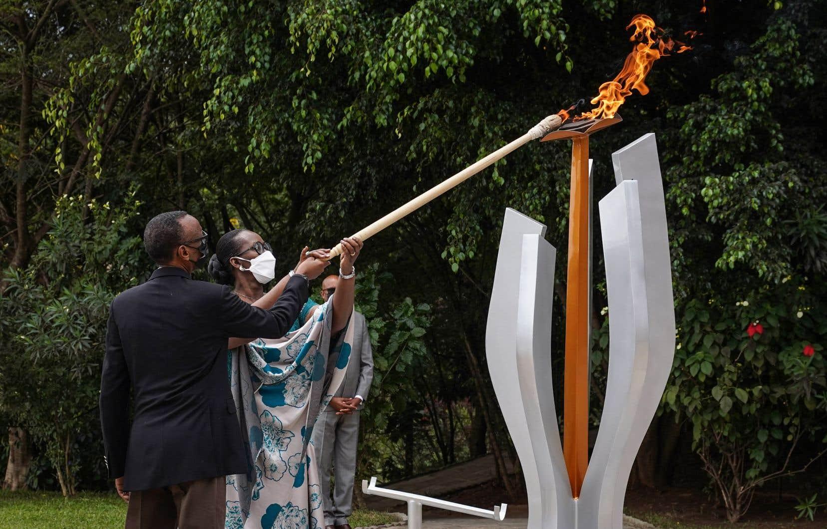 Le président rwandais, Paul Kagame, et la Première dame, Jeannette Nyiramongi Kagame, allument la flamme de commémoration lors du 27ème anniversaire du génocide de 1994.