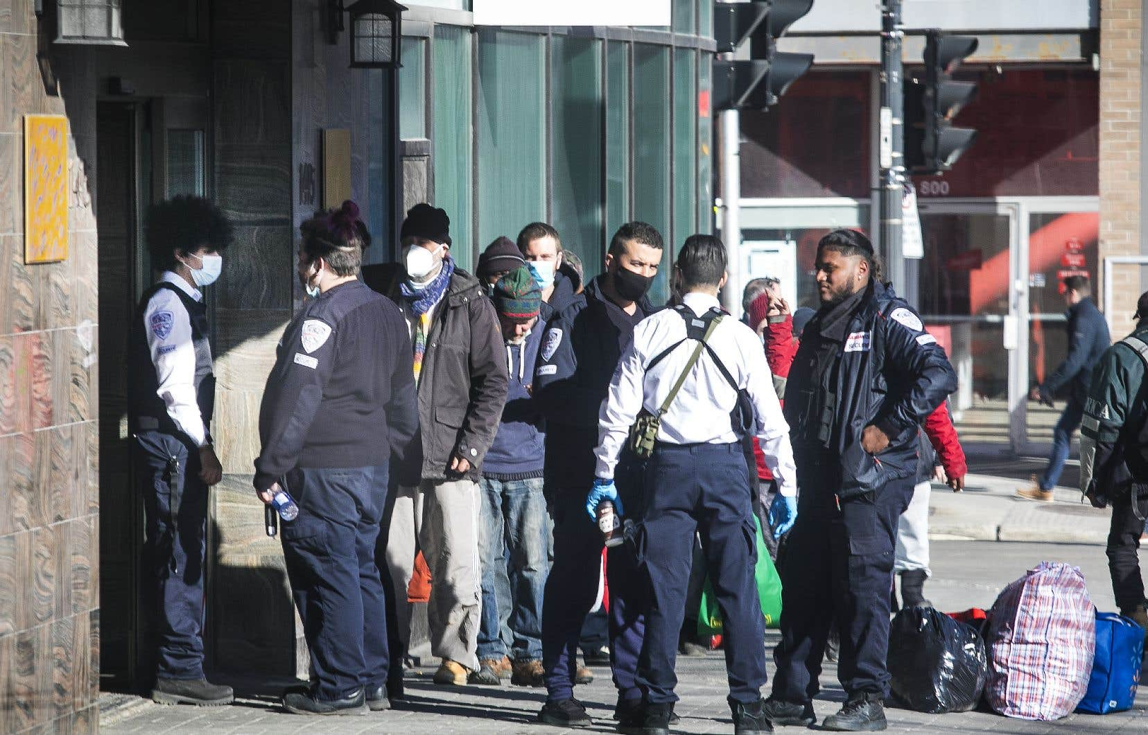 Des agents de sécurité de l'entreprise GardaWorld contrôlaient l'entrée de personnes en situation d'itinérance dans l'hôtel Place Dupuis à Montréal le 6 avril dernier.