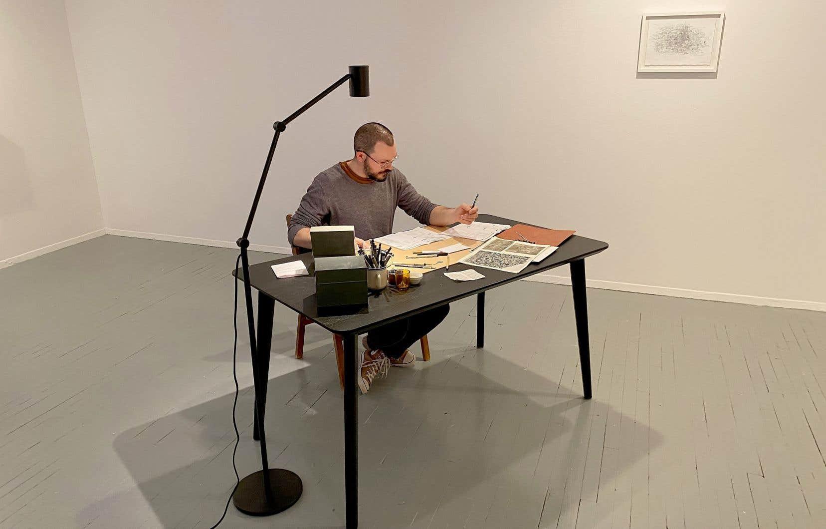Francys Chenier au travail  dans son exposition