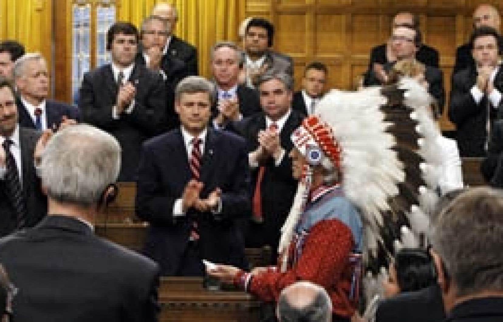 Le chef de l'Assemblée des Premières Nations, Phil Fontaine, devant le premier ministre Stephen Harper, en ce 11 juin 2008. Ce jour constitue maintenant un repère historique, où le Canada a officiellement reconnu qu'il a appliqué, à partir de 1