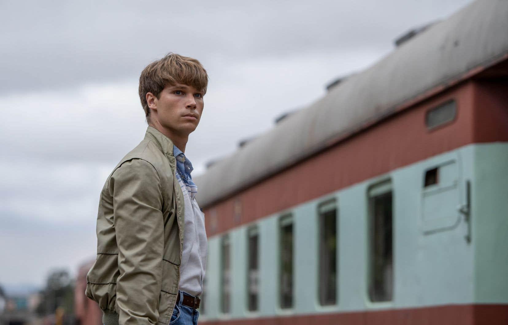 L'acteur Kai Luke Brummer dans le rôle de Nicholas van der Swart