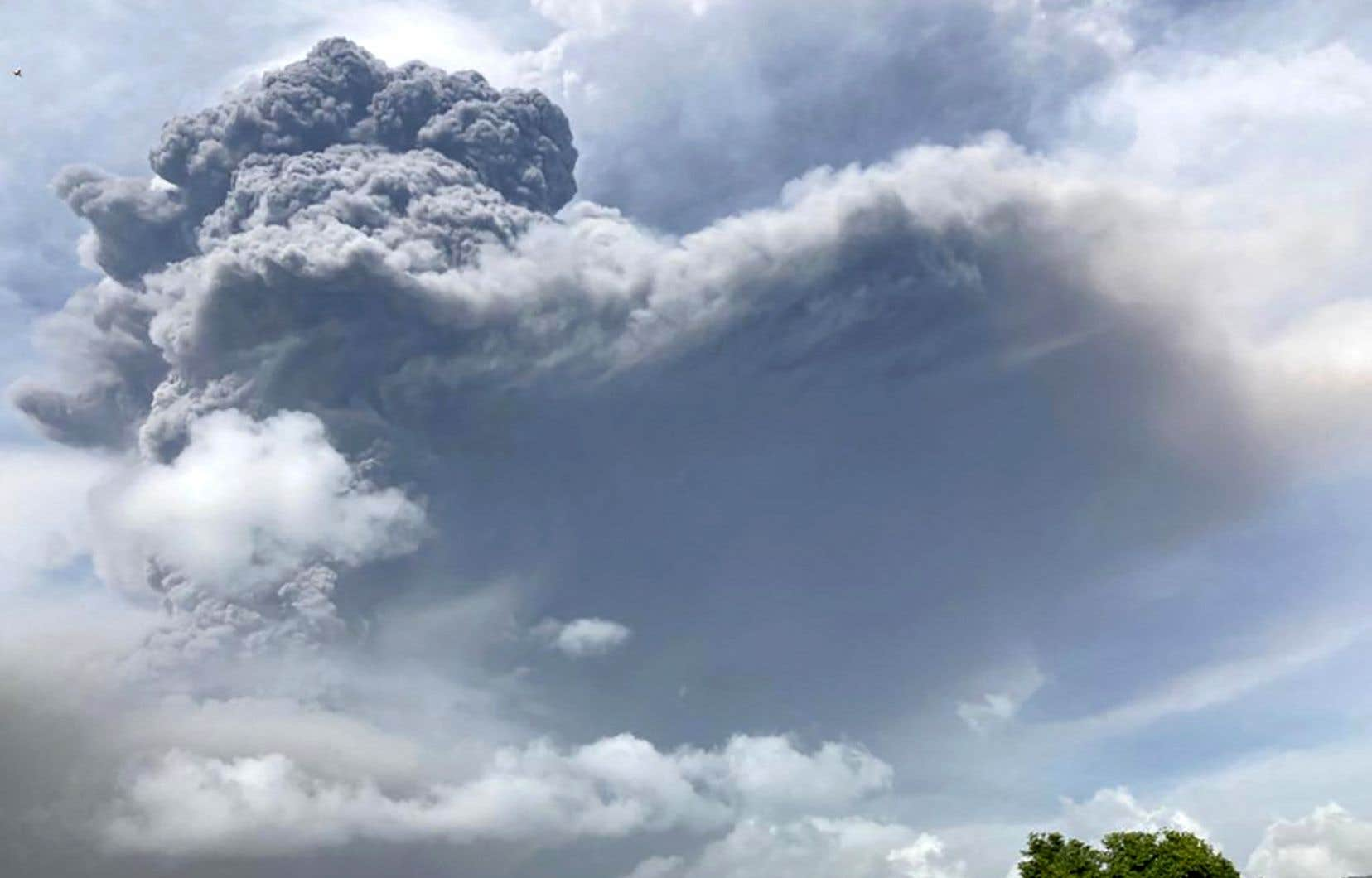 Éruption volcanique sur l'île de Saint-Vincent