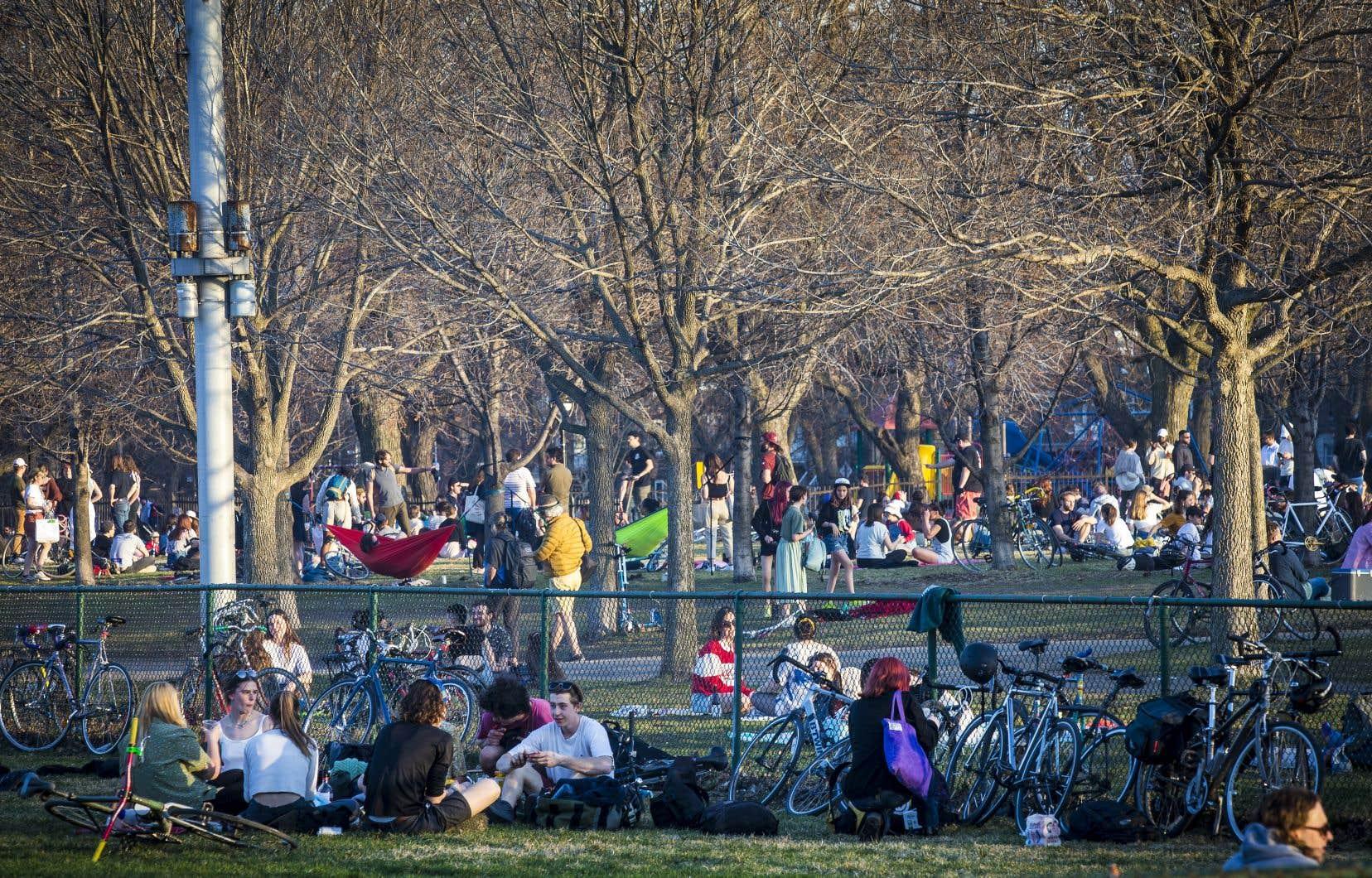 Des centaines de personnes étaient réunies en petits groupes au parc Laurier, dans le quartier Plateau-Mont-Royal.